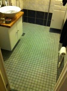 nya golvet i badrummet nere