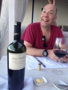 Röttvin från Brazil , faktiskt gott och en Christian i bakgrunden
